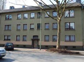 Hübsche 2,5 Raum Wohnung mit offener Küche + Theke. PKW-Stellplatz möglich.