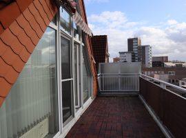 Mit 360. Ansicht. Gemütliche Dachgeschosswohnung mit Balkon und Aufzug. PKW-Stellplatz in Großraumgarage möglich.