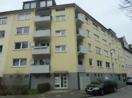 Gegenüber dem Niederfeld See. Hübsche Dachgeschoss-Wohnung in ruhiger Lage. WG-tauglich.
