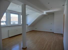 Schöne Dachgeschosswohnung mit großem Badezimmer und separatem WC!
