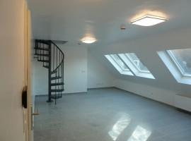 Schöne DG-Wohnung mit offener Küche, gr. Badezimmer, Spitzboden.