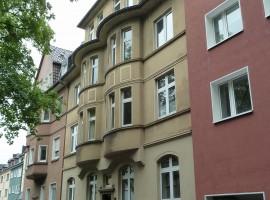 Rüttenscheid, Sanierte Altbauwohnung mit neuer Einbauküche, Balkon und G-WC.