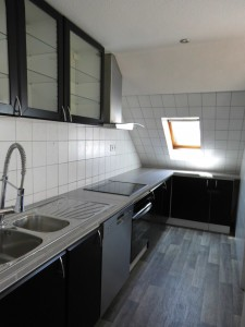 4 Raum Wohnung Mit Großem, Lichtdurchfluteten Wohnzimmer Und Offener Küche