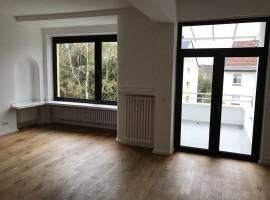 140 m² große Etagenwohnung mit Schiffsboden Parkett, 2 Bäder und 2 Balkone.