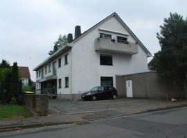 Gute Wohnlage in der Nähe vom Rhein. Wohnung mit Balkon und PKW-Stellplatz.
