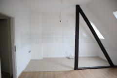 Erstbezug nach Komplettsanierung. Dachgeschoss Wohnung mit offener Küche.