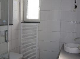 Komplett modernisierte und bezugsfertige DG-Wohnung mit neuem Badezimmer und neuer Einbauküche!