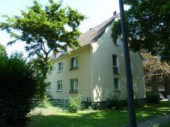 In ruhiger Wohnsiedlung. Erdgeschoss Wohnung mir Gartenanteil. Auf Wunsch mit PKW-Stellplatz.