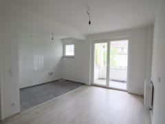 Erstbezug nach Modernisierung! Renovierte und bezugsfertige Wohnung mit großer Küche und Balkon!