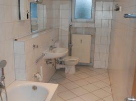 Frohnhausen zentrale Lage, modernisierte 2 Zimmer-Wohnung mit Wohnküche und Tageslichtbad
